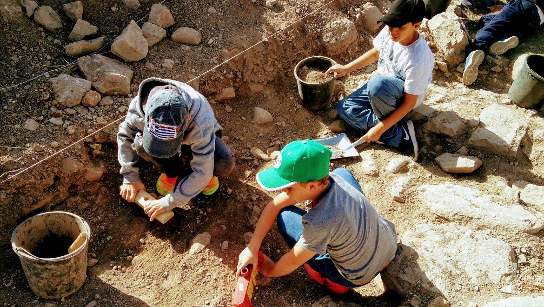 """ילדי אפיק והוריהם הצטרפו לחפירת ב""""עין פיק״"""
