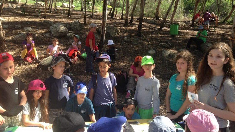 """נוער הגולן מדריך את ילדי הגולן """"בשביל הגולן""""."""