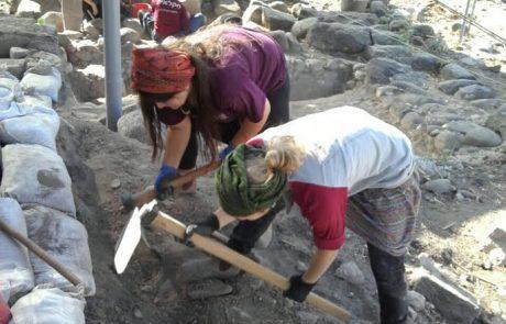 תלמידי הגולן חופרים בחוף כורסי המסגרת פרוייקט בתי הכנסת בגולן