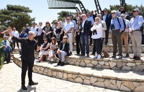 """ח""""כ לפיד בגבול הצפון עם ארבעים שגרירים"""