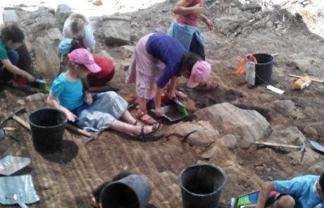 """חפירות ארכיאולוגיות בחצר בית ספר """"גולן"""""""
